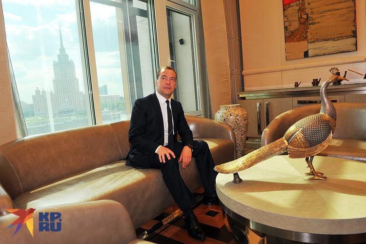 Дмитрий Медведев в своем рабочем кабинете в мае 2014 года
