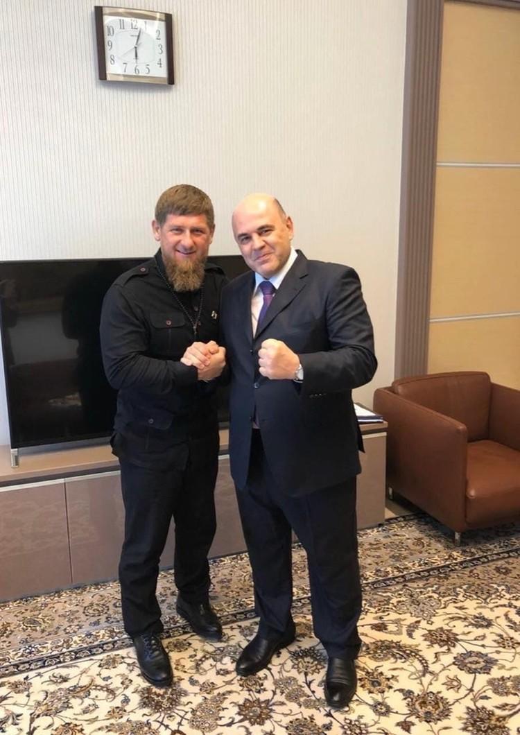 Кадыров получает грамоту от нового премьера