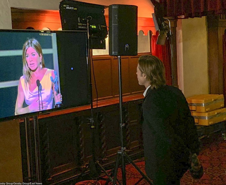 Брэд Питт наблюдает за выступлением бывшей супруги за кулисами церемонии.