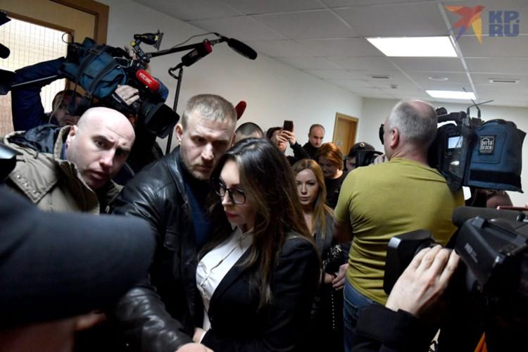"""Звезда сериала """"Счастливы вместе"""" приехала на заседание в окружении адвокатов и охранников."""