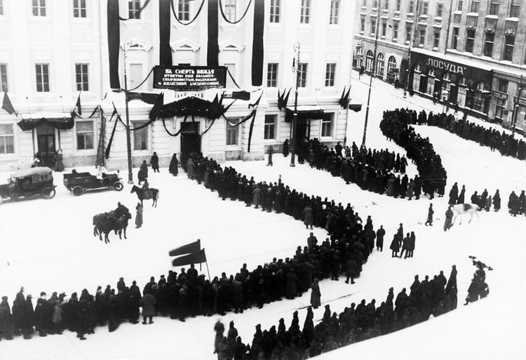 Прощание с Лениным у Дома союзов в январе 1924 года
