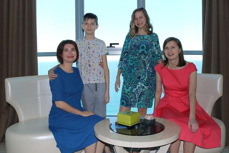Ольга с дочерями и сыном в своей квартире с видом на океан в ОАЭ. Фото: личный архив.