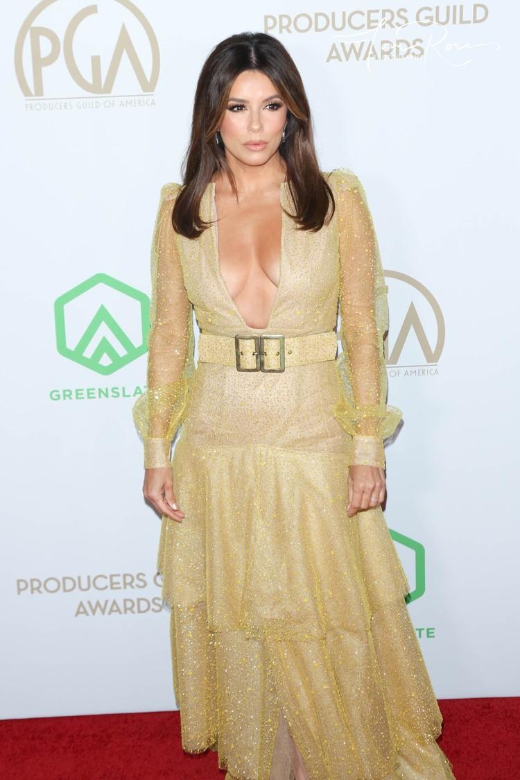 Ева выбрала платье с экстремальным декольте.