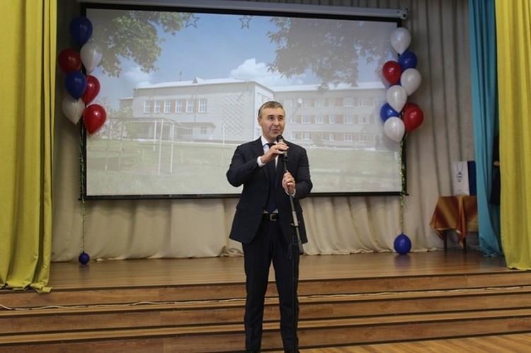 Валерий Фальков во время посещения родной школы в Казанском районе. Фото duma72.ru
