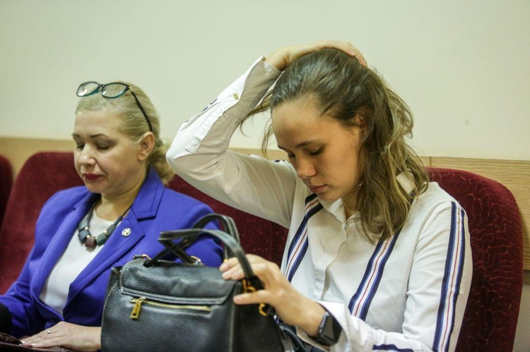 Мария Шарпилова перед залом суда.