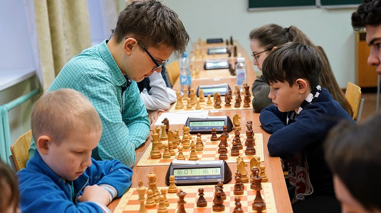 Первые туры. Команды смешанные и соперниками могут быть спортсмены разного возраста. Фото: Сергей Суворов