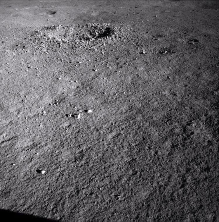 Лунный кратер, в котором была обнаружена черная стекловидная масса.