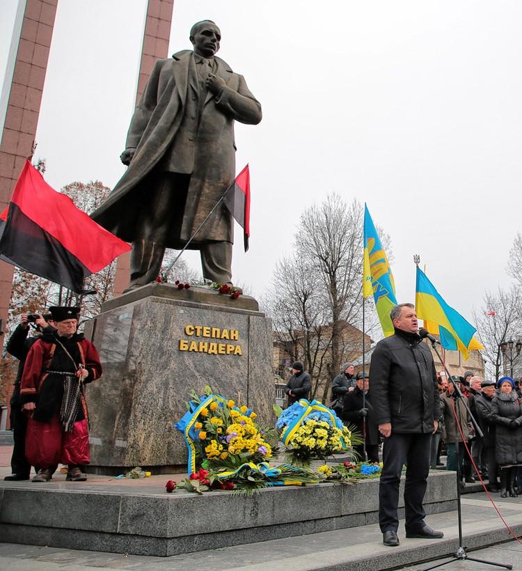 У памятника Степану Бандере во Львове.