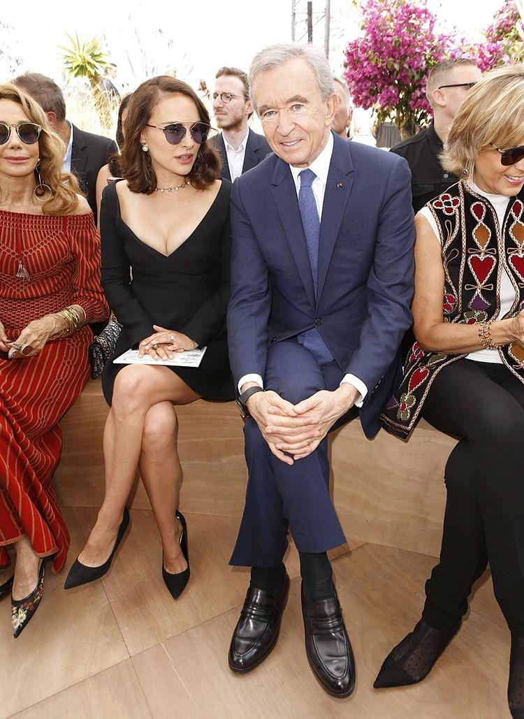 Бернар Арно владеет империей LVMH (Louis Vuitton -Moët Hennessy). Это крупнейший поставщик предметов роскоши в мире