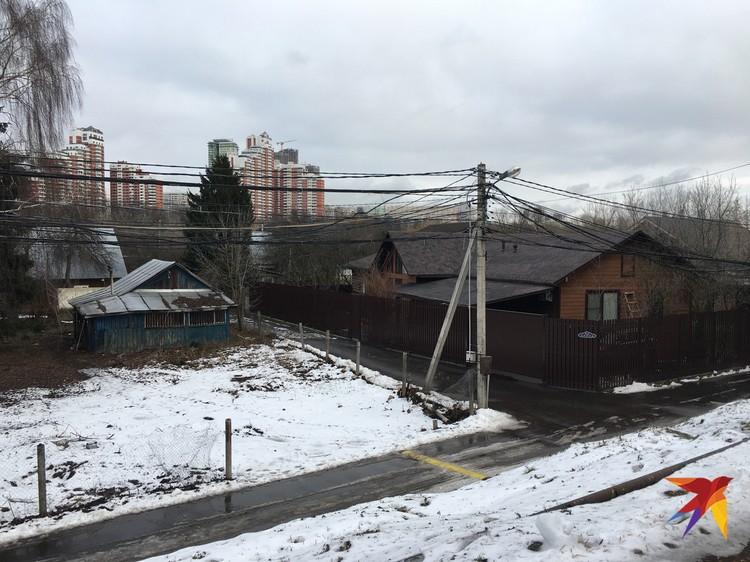 Как тут не вспомнить знаменитый поселок Речник в Крылатском, вокруг которого страсти кипят уже лет пятнадцать. Несколько строений успели снести в 2010 году.