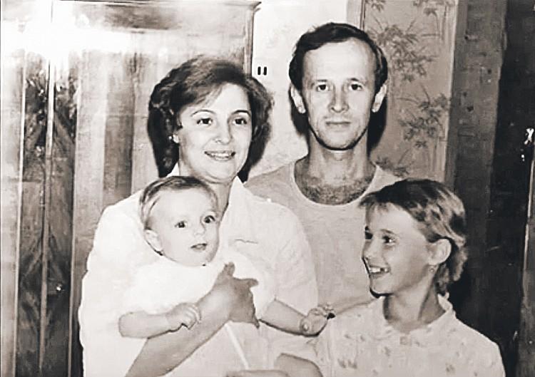 С первой женой Татьяной, дочерью Кристиной (слева) и сыном Максимом. Фото: Личный архив