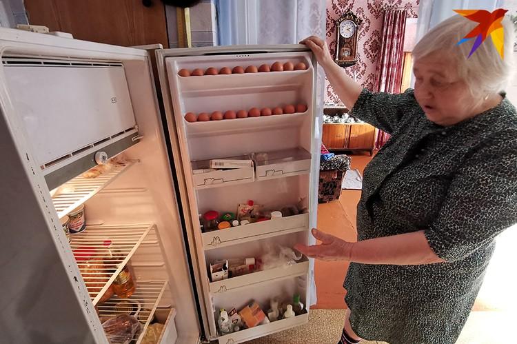 Бабушка показывает свой холодильник