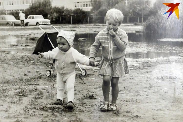 Оля с младшей сестренкой Аней на районе.