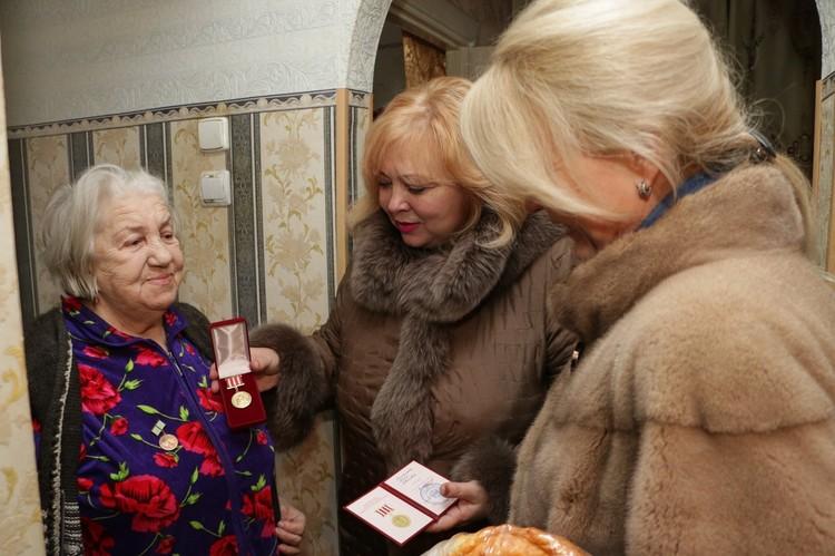 Мая Хужина и Лариса Щербула поздравляют блокадницу. Фото: Мая Хужина / Facebook