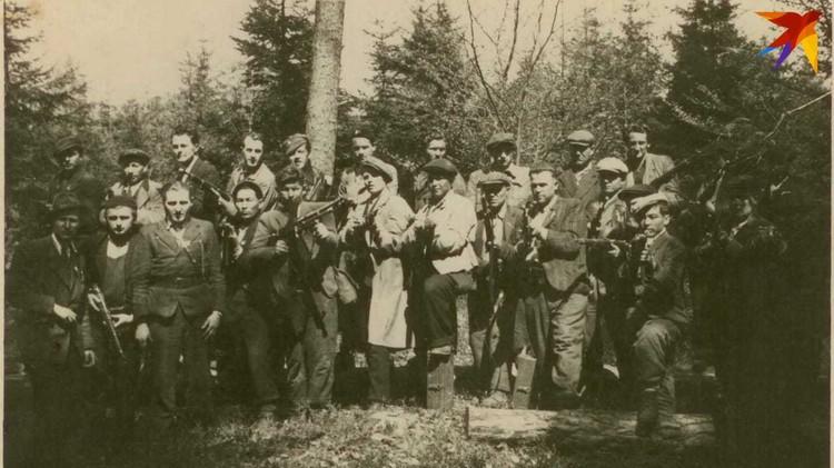 На этом фото Безвершук запечатлен с боевыми товарищами. Василий Григорьевич в центре - в белом плаще. Фото: предоставлено Натальей Саврас