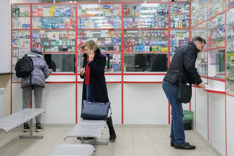 По словам работников аптек, активнее всего маски скупают китайцы. Наши соотечественники заразы боятся меньше - хотя тоже могут купить и 50 и 100 штук за один раз.