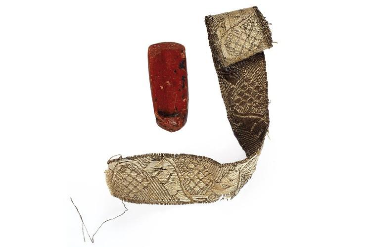 В шкатулке хранится еще и кусок красного сургуча и тесьма. Фото: Аукционный дом «Литфонд»