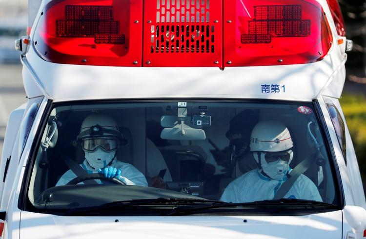 Специально оборудованные машины «Скорой помощи» доставляют заразившихся в больницу