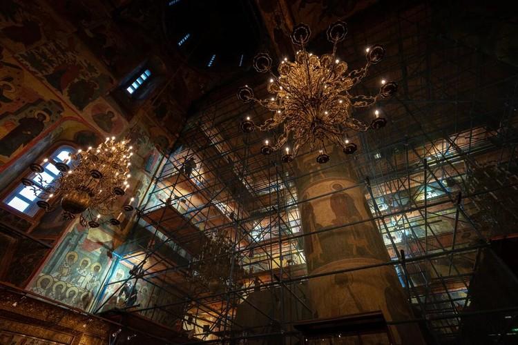 Каждый посетитель Успенского собора может понаблюдать, как идет процесс реставрации настенных росписей. Фото пресс-службы Музеев московского кремля