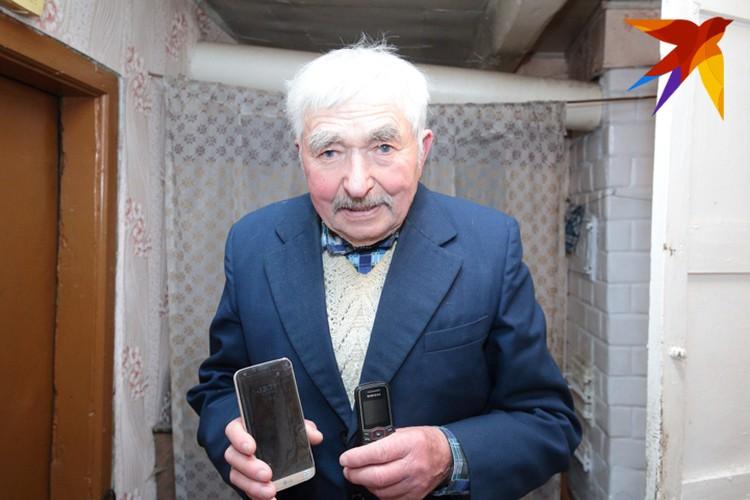 Сегодня Иван Игнатьевич снимает на смартфон. Выбирает тот, что с лучшей камерой.