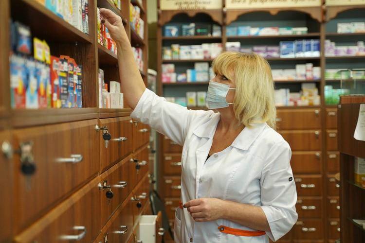 Медицинские маски в некоторых аптеках совсем разобрали.