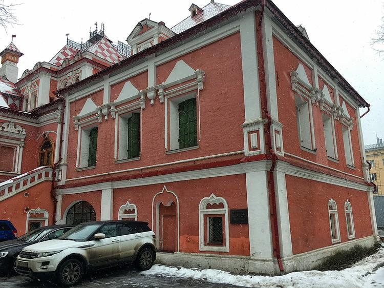 Особняк Волковых-Юсуповых расположен в Большом Харитоньевском переулке.