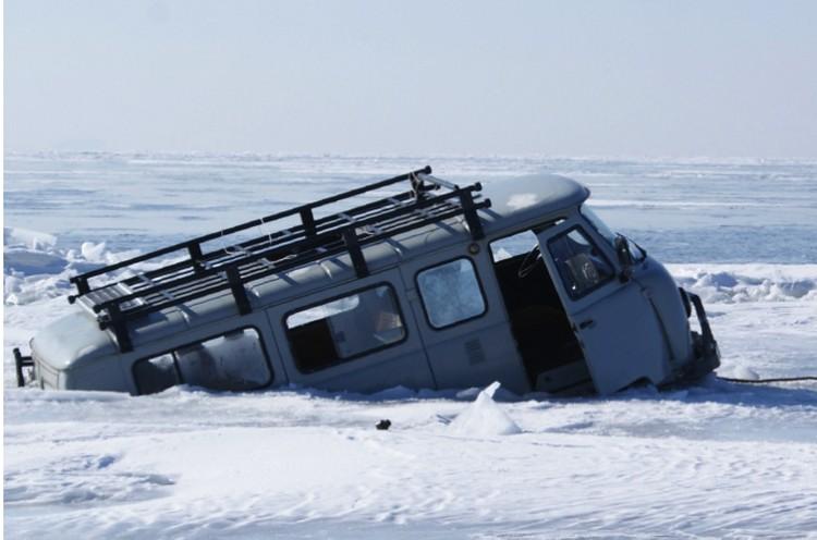 Как подчеркнули в NASA, круги на Байкале представляют опасность для местных жителей, которые ездят по льду на машинах.Под истонченный лед и проваливаются.