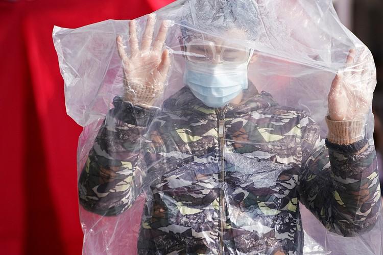 Широко обсуждается тема, что новый вирус убивает только китайцев