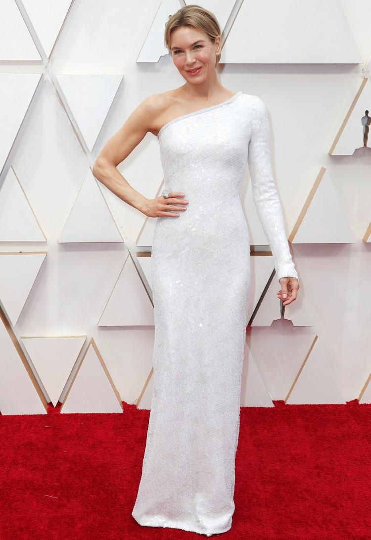 Рене Зеллвегер сама напоминает статуэтку в этом, облегающем ее идеальную фигуру белом платье