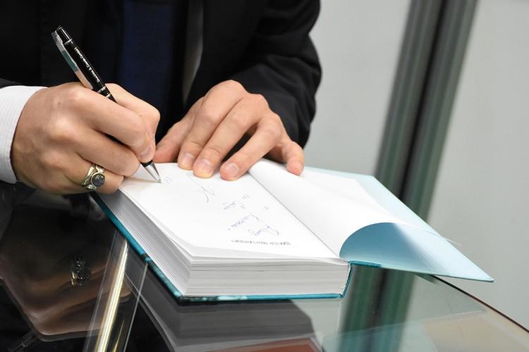 Очередь за автографами не заканчивалась в течение нескольких часов