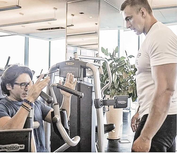 Андрей Малахов качает мышцы под присмотром тренера Александра Прогрессова.