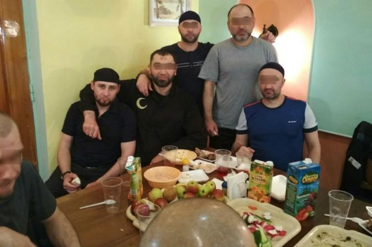 """На столе - овощи, шашлыки, сок. Фото: аккаунт Ислам Ирон во """"ВКонтакте""""."""
