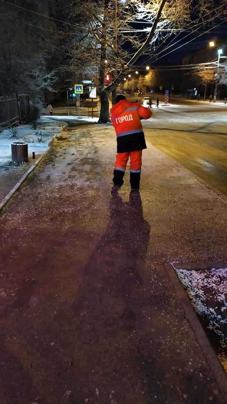В 5 утра к обработке пешеходных дорожек и остановок общественного транспорта приступили 240 дворников. Фото: Андрей Черниченко