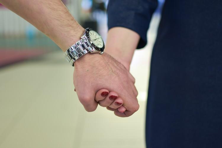 Когда муж держит за руку, она чувствует себя спокойно и уверенно.