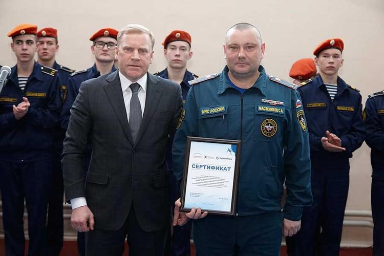 Дмитрий Арсибеков поздравил спасателей с открытием учебно-тренировочного центра и вручил сертификат на использование скалодрома. Фото: Сергей Грачев