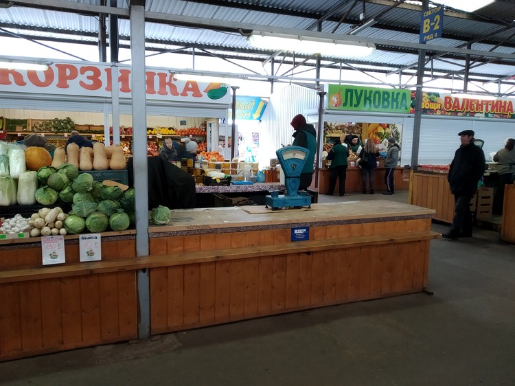 Здесь торговал экзотичными фруктами Фазиль Бахрамов.