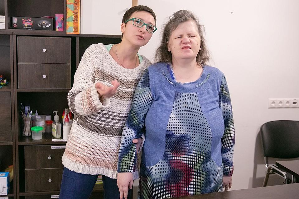 Эльмира Шульга (на фото - слева) - координатор группы волонтеров Фото: Наталья Мущинкина