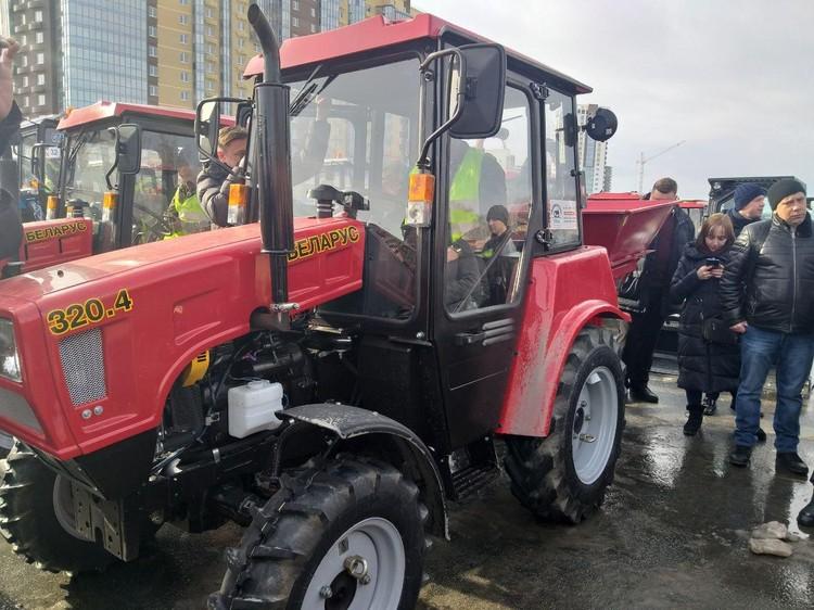 """Трактор """"Белорусь"""" тоже примет участие в уборке снега."""