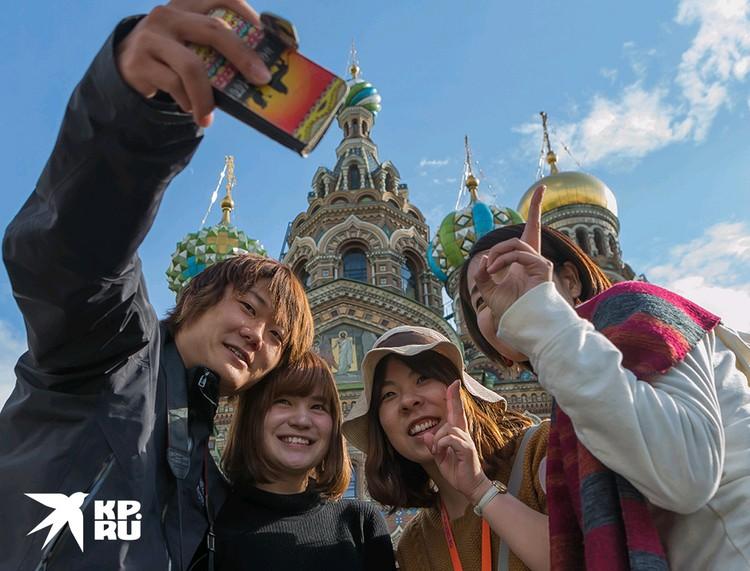 Китайские туристы у Храма Спаса на Крови в Санкт-Петербурге.