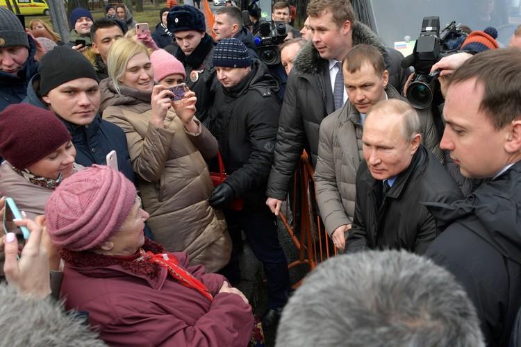 По дороге к кортежу глава государства уже традиционно свернул к собравшимся за ограждением людям. Фото: Михаил Метцель/ТАСС