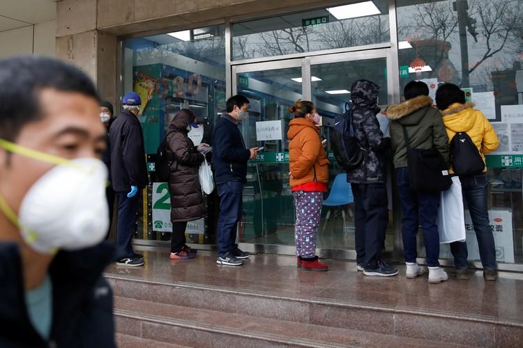Очередь за медицинскими масками в пекинской аптеке.