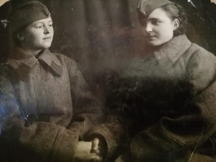 Смирнова Мария (справа) перед отправкой на фронт.