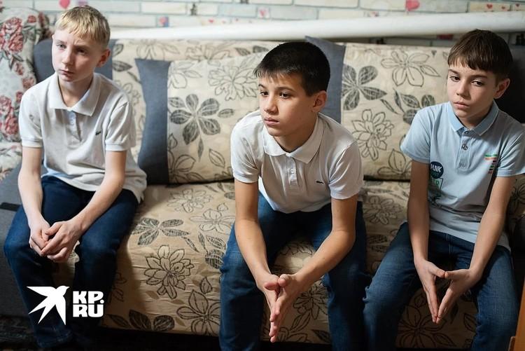 Названные братья Ромы Сережа и Руслан тоже переживают за исход дела