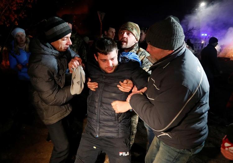 Украинцев, вывезенных из Уханя, забросали камнями под Полтавой