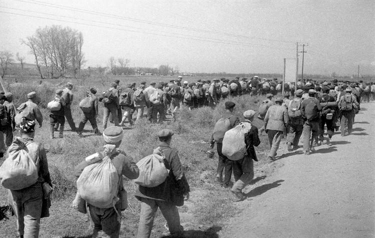 Военнообязанные направляются на сборный пункт. Крым, апрель 1944 года. Фото Е.Халдей ВКИКМЗ