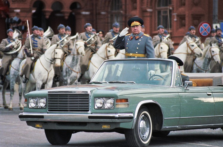 Дмитрий Тимофеевич Язов принимает парад в честь 70-й годовщины Великой Октябрьской социалистической революции. Фото: Фотохроника ТАСС