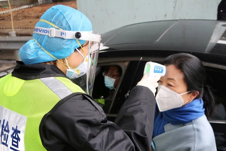 Измерение температуры на улицах Пекина.