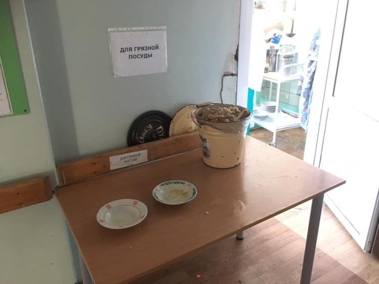 На столе в коридоре - грязная посуда и ведро отходов. Фото: предоставлено Юрием Ушаковым.