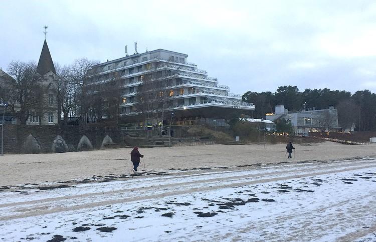 Пляж Юрмалы зимой интересен разве что редким любителям оздоровительных прибрежных прогулок.