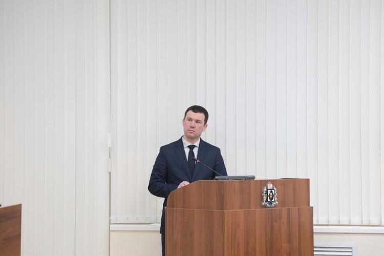 Дмитрий Чикунов, заместитель министра физической культуры и спорта, рассказал депутатам, как в крае обстоят дела со спортивными объектами, насколько активно население занимается физкультурой